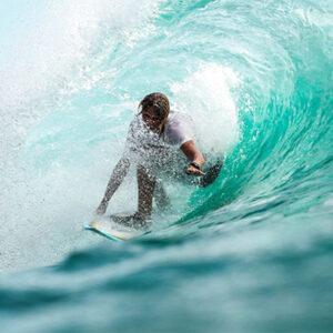 surfeur dans une vague qui tube